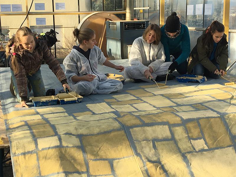 Jugendliche engagieren sich beim Aufbau