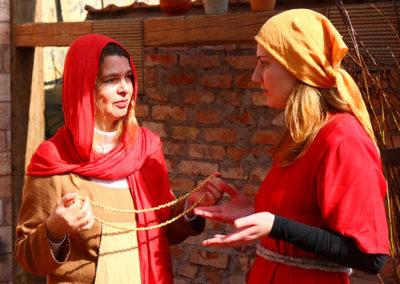 2 Frauen verhandeln am Markt