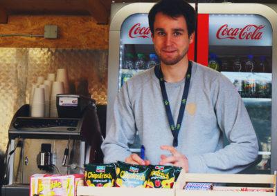 Junger Mann im Kiosk im Ostergarten